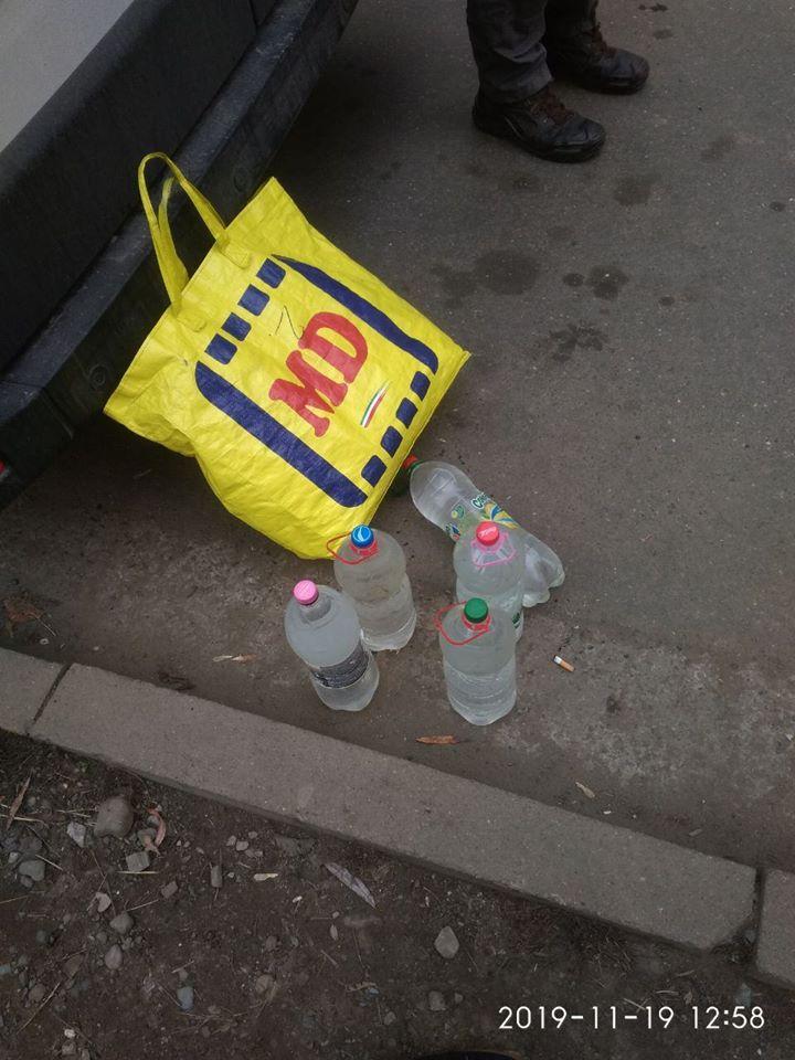 Передали з вікна будинку: у Франківську затримали жінку з 10 літрами сурогату (ФОТО)