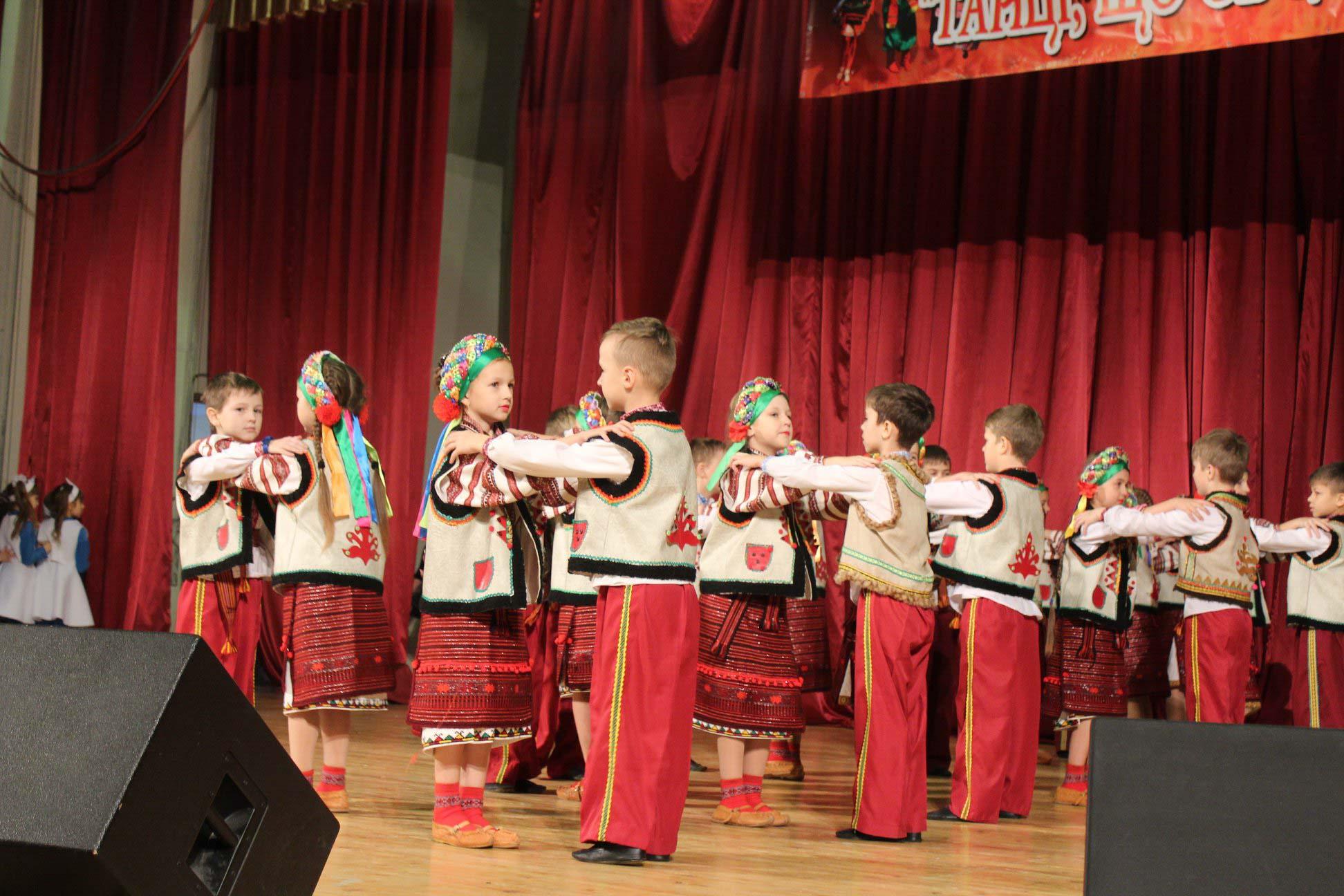 """Місцеві учні показали """"Танці народів світу"""" (ФОТО)"""