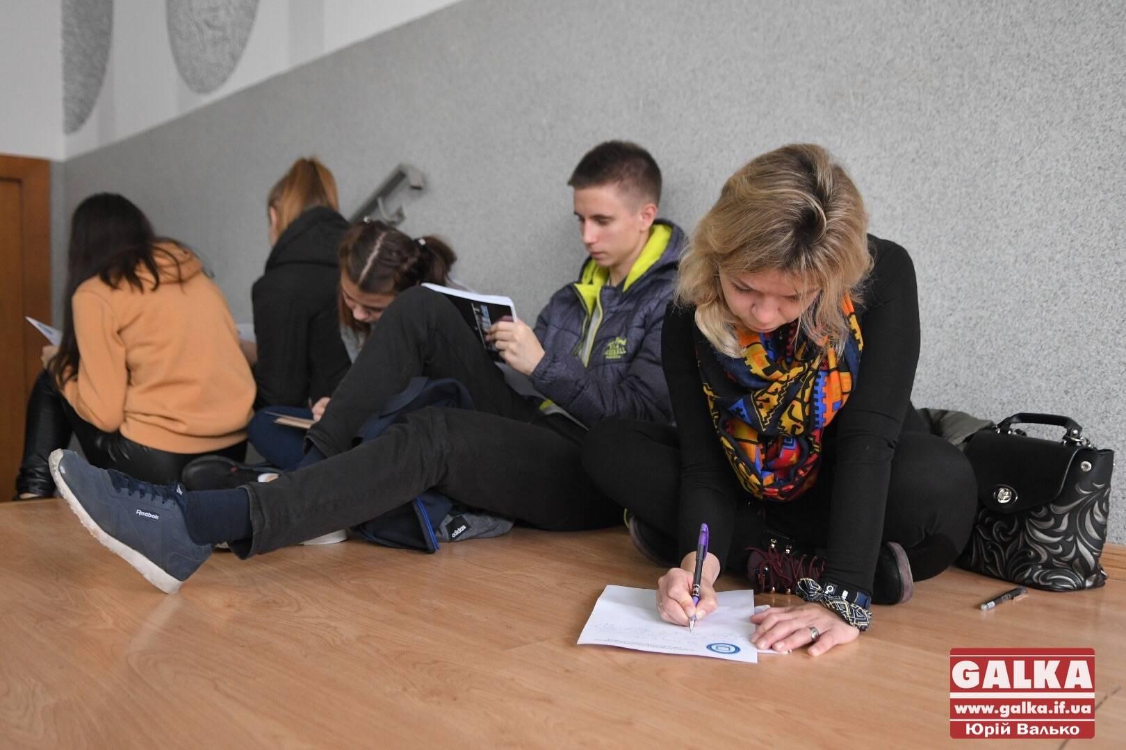 Відомі прикарпатці взялися писати диктант національної єдності (ФОТО)