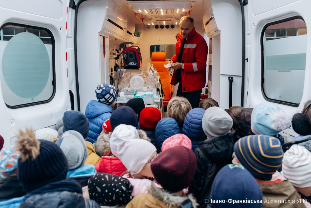 Франківські школярі провели благодійний ярмарок для допомоги дитячій реанімації (ФОТО)