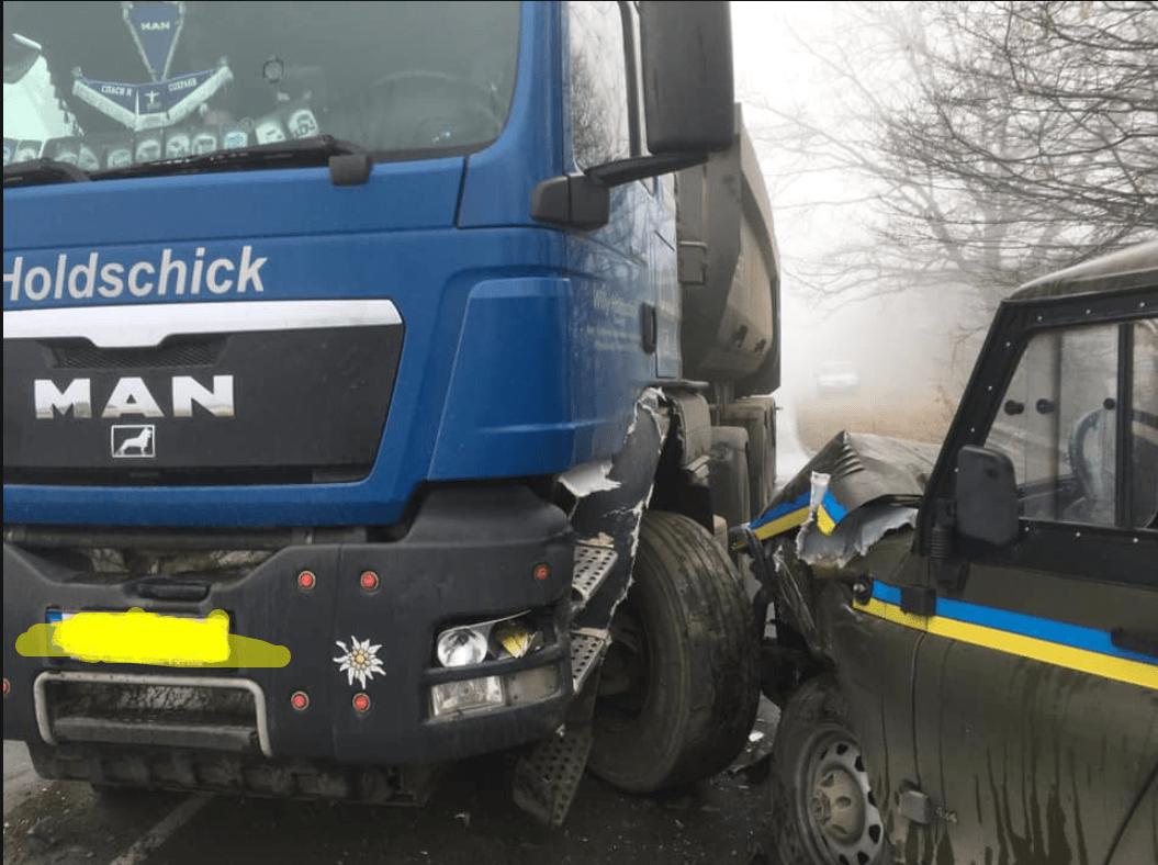 У Косові фура обганяла вантажівку і врізалася у поліцейський автомобіль (ФОТО)