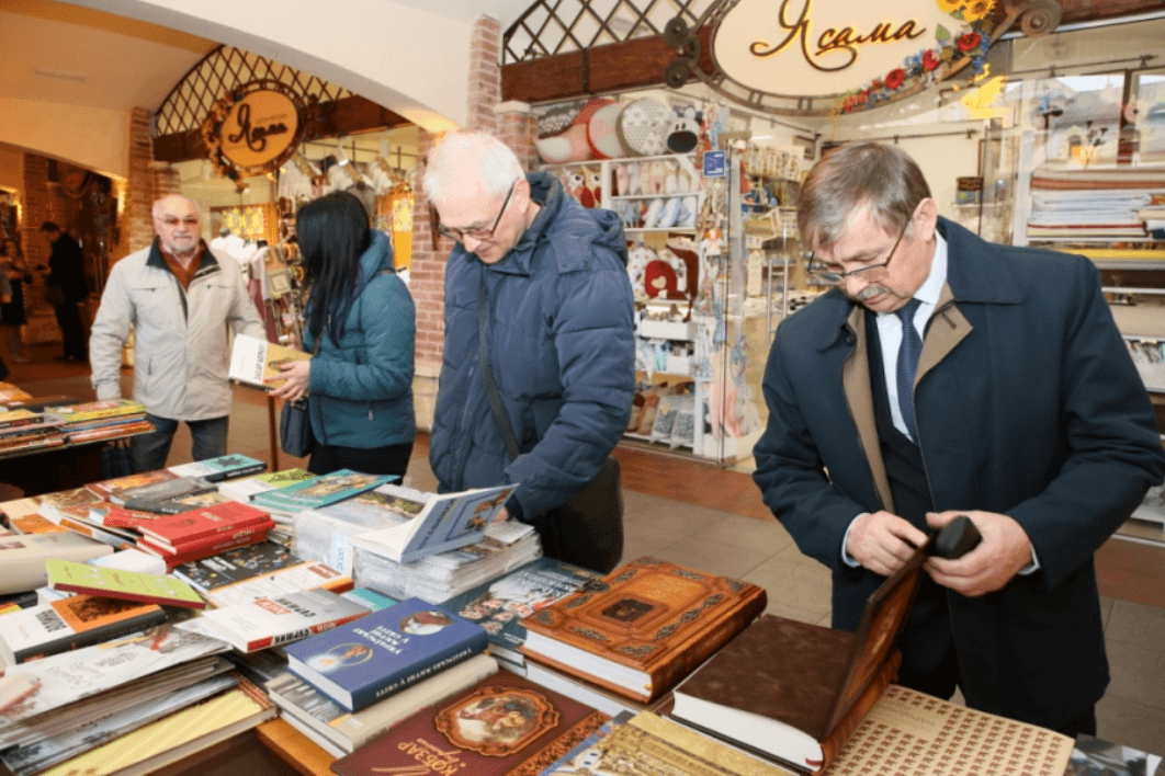"""Франківський """"Бастіон"""" наповнили українською літературою (ФОТО)"""