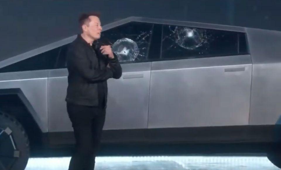 """Маск представив """"марсіанську вантажівку"""", але броньоване скло розбилося (ВІДЕО)"""