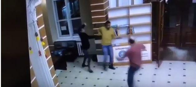 Камера зафіксувала бійку іноземців у холі Медуніверситету в Івано-Франківську (ВІДЕО)