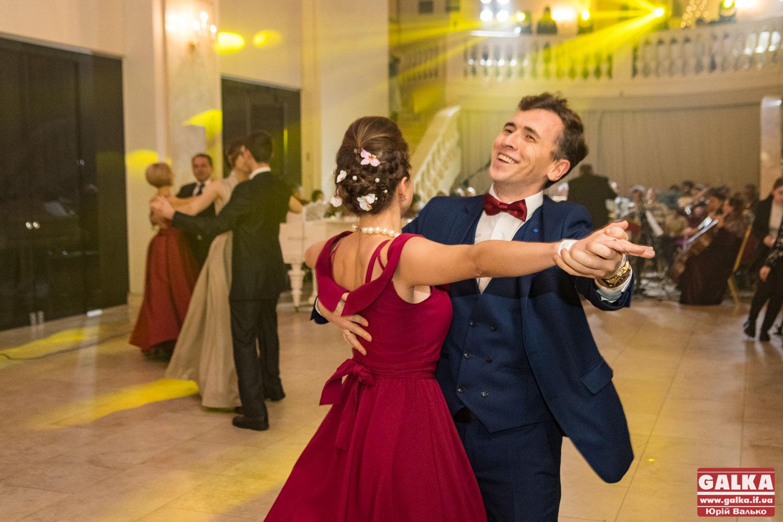 Сотні принців і принцес чарували танцями на традиційному «Галицькому балу» (ФОТО, ВІДЕО)