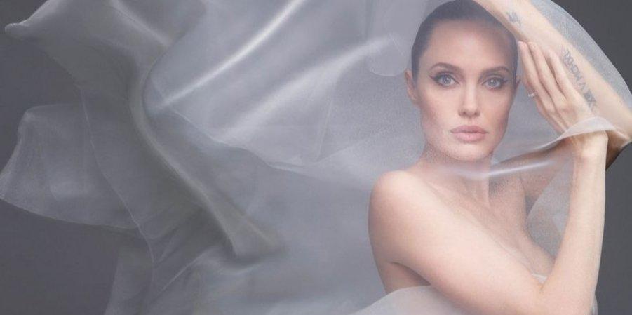 Анджеліна Джолі повністю оголилася у новій фотосесії