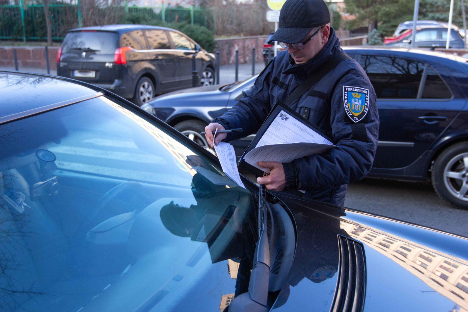 100 штрафів за тиждень: як працюють франківські інспектори з паркування (ФОТО)