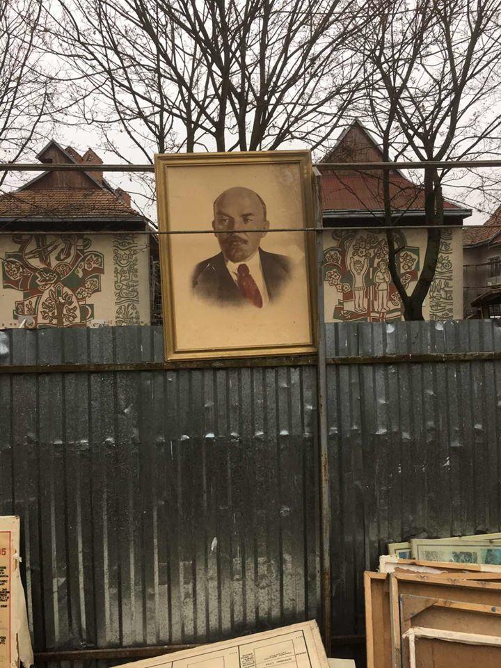 """У Франківську """"декомунізували"""" останній портрет Леніна (ФОТО)"""