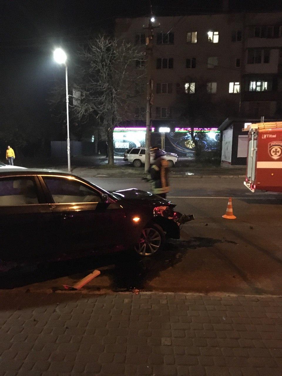 """В ніч на понеділок водій на BMW """"перелетів"""" кільце на Чорновола та розбив машину (ФОТО, ВІДЕО)"""
