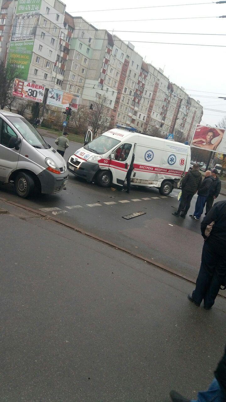 На перетині Івасюка-Миколайчука зіткнулися швидка з пацієнтом та два мікроавтобуси (ФОТО)