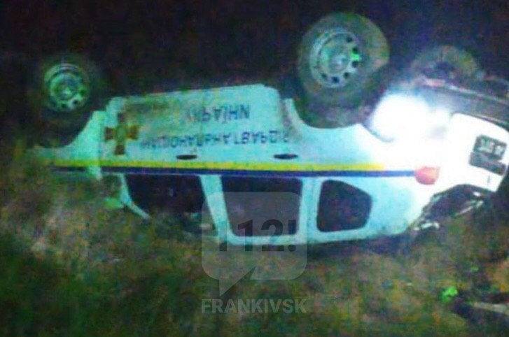 У Тисменицькому районі потяг протаранив позашляховик Нацгвардії, є травмовані (ФОТОФАКТ)