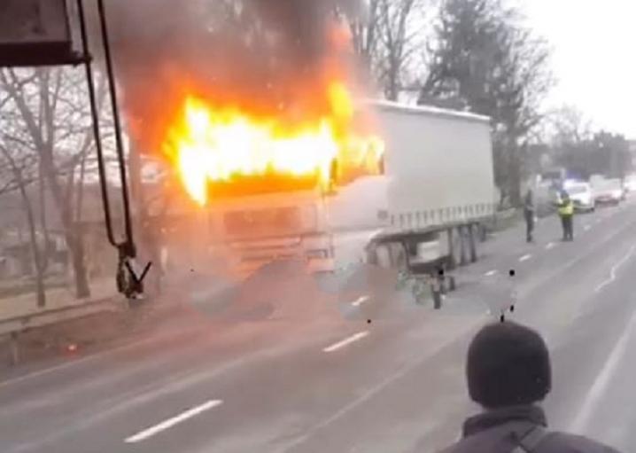 На трасі Івано-Франківськ – Чернівці на ходу спалахнула фура (ФОТОФАКТ)