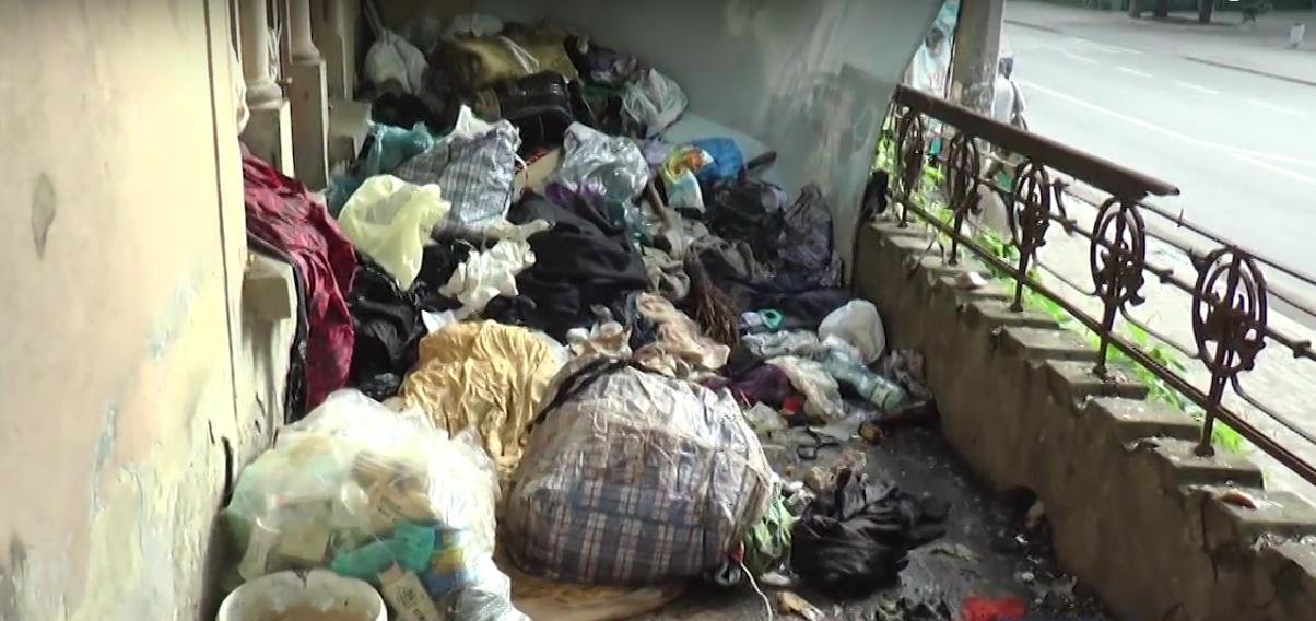 Франківський суд відмовився виселяти жінок, які тероризують сусідів сміттям