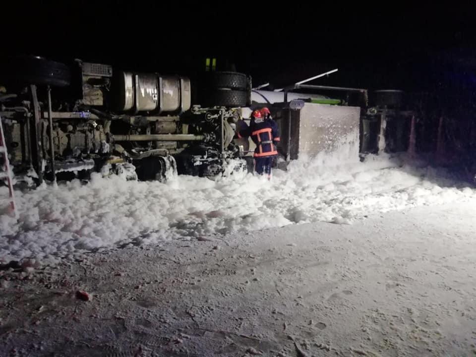 На дорозі Франківськ-Надвірна нині спробують підняти багатотонну перевернуту цистерну з газом – дорога буде перекрита