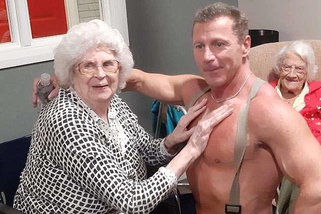 У Британії в будинок престарілих запросили стриптизера для 89-річної бабусі (ВІДЕО)