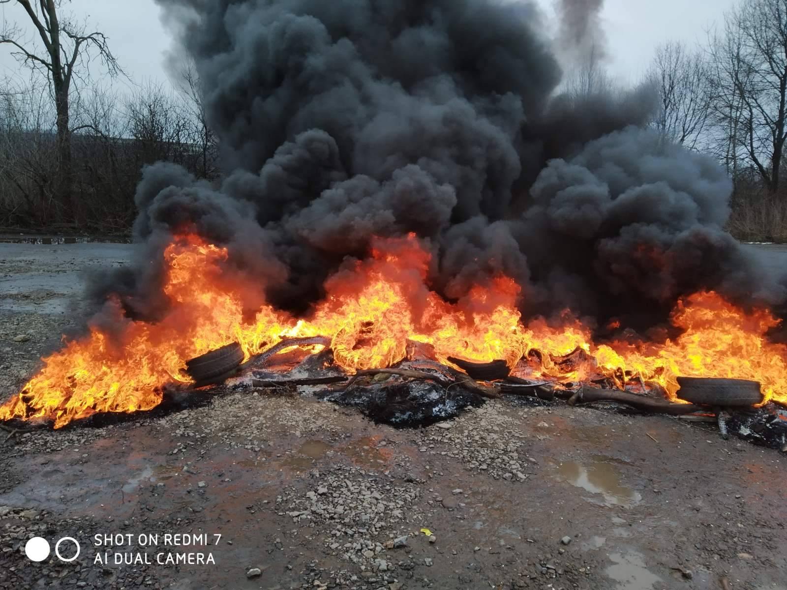 На Рогатинщині селяни запалили шини (ФОТО, ВІДЕО)