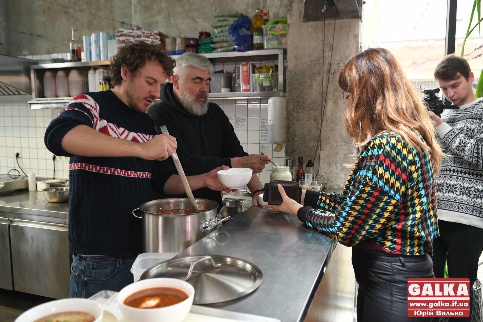Білі гриби і багато трав: Клопотенко та Мох готують у Франківську справжній гуцульський борщ (ФОТО)