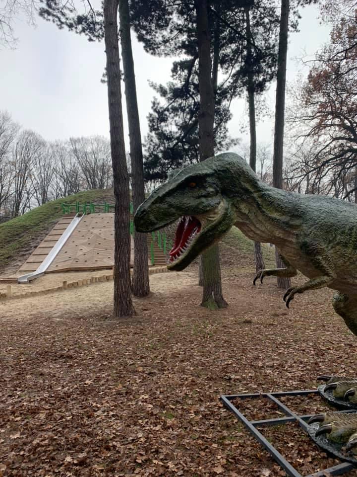 П'яні розбишаки підпалили зуб динозавра в парку Шевченка (ФОТО, ВІДЕО)