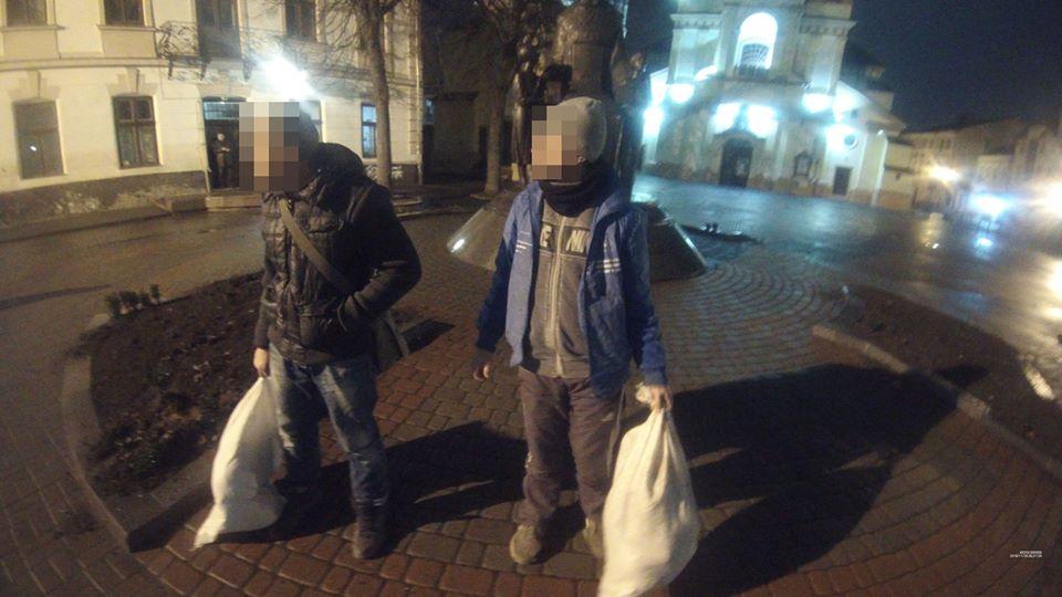 Поліціянти затримали франківців, які крали туї з клумби (ФОТОФАКТ)