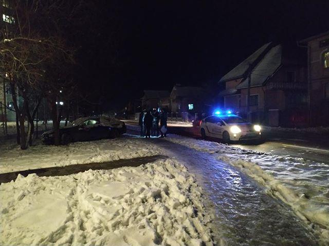 На Каскаді п'яний водій BMW розбив чужу машину, вилетів на тротуар та зіткнувся з деревом (ФОТО)