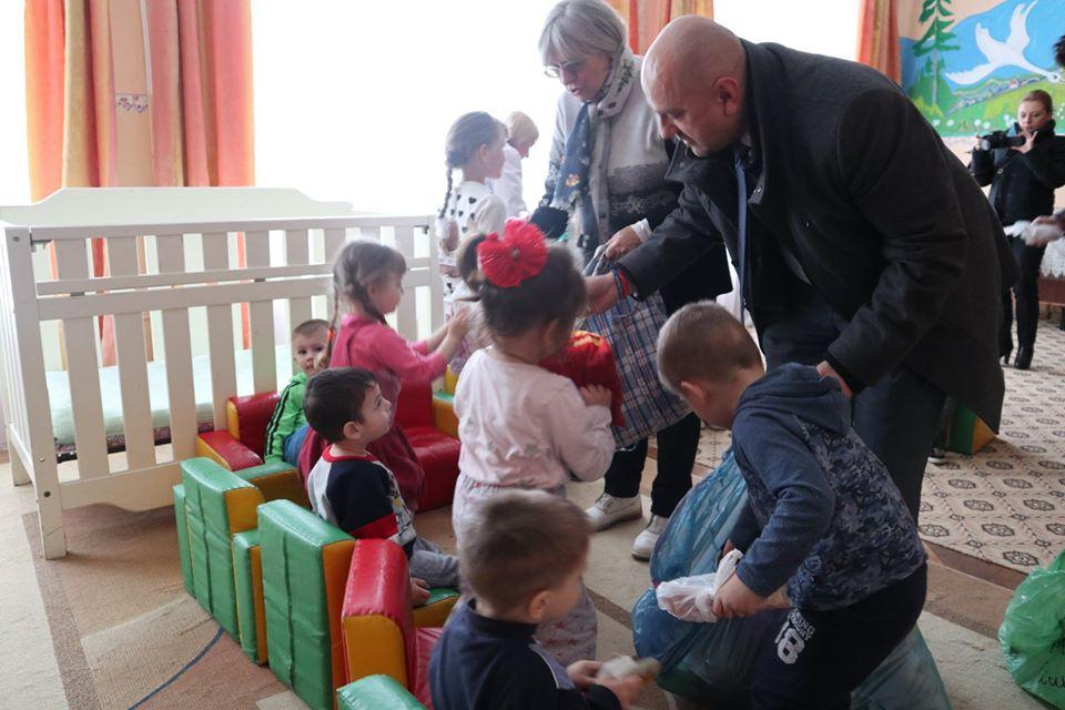Делегація з Польщі привезла подарунки у будинок дитини у Надвірній (ФОТО)