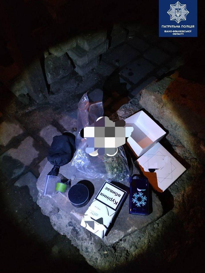 """Водія """"під наркотиками"""" та осіб з підозрілими згортками спіймали за ніч у Франківську (ФОТО)"""