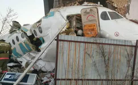 Літак зі 100 людьми на борту розбився в Казахстані (ВІДЕО)