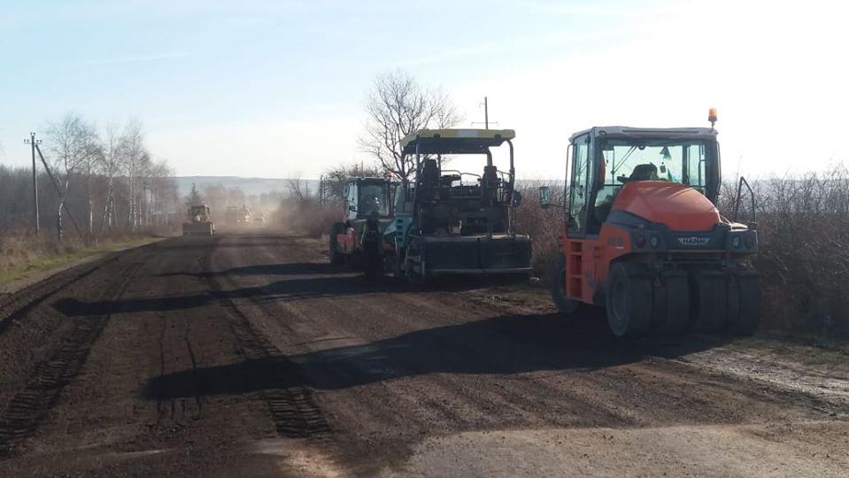 Через сприятливу погоду дорожники відновили роботи на дорозіСнятин – Тязів (ФОТО)