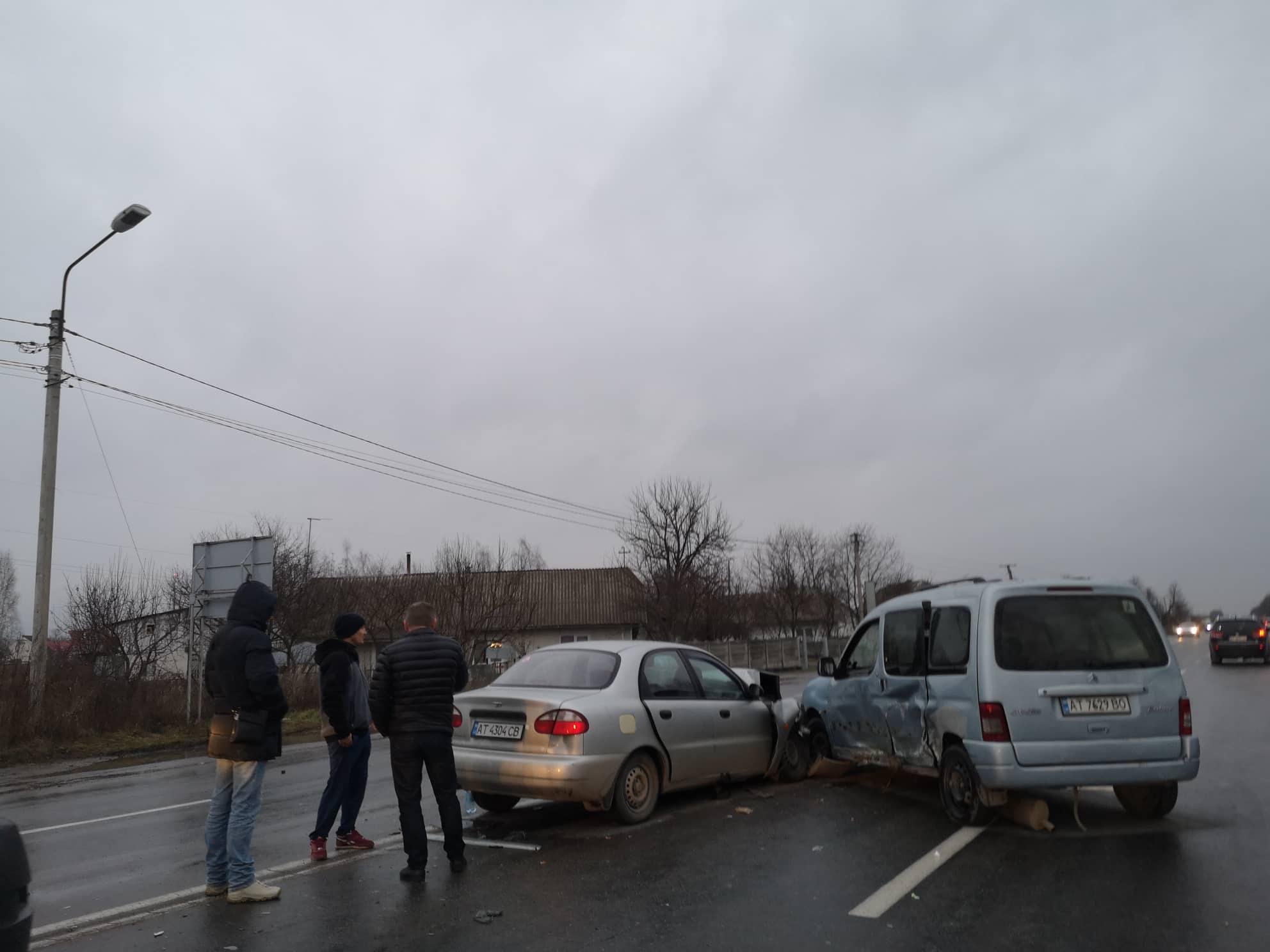 На в'їзді в місто ДТП: не розминулися Сітроен та Ланос (ФОТО)
