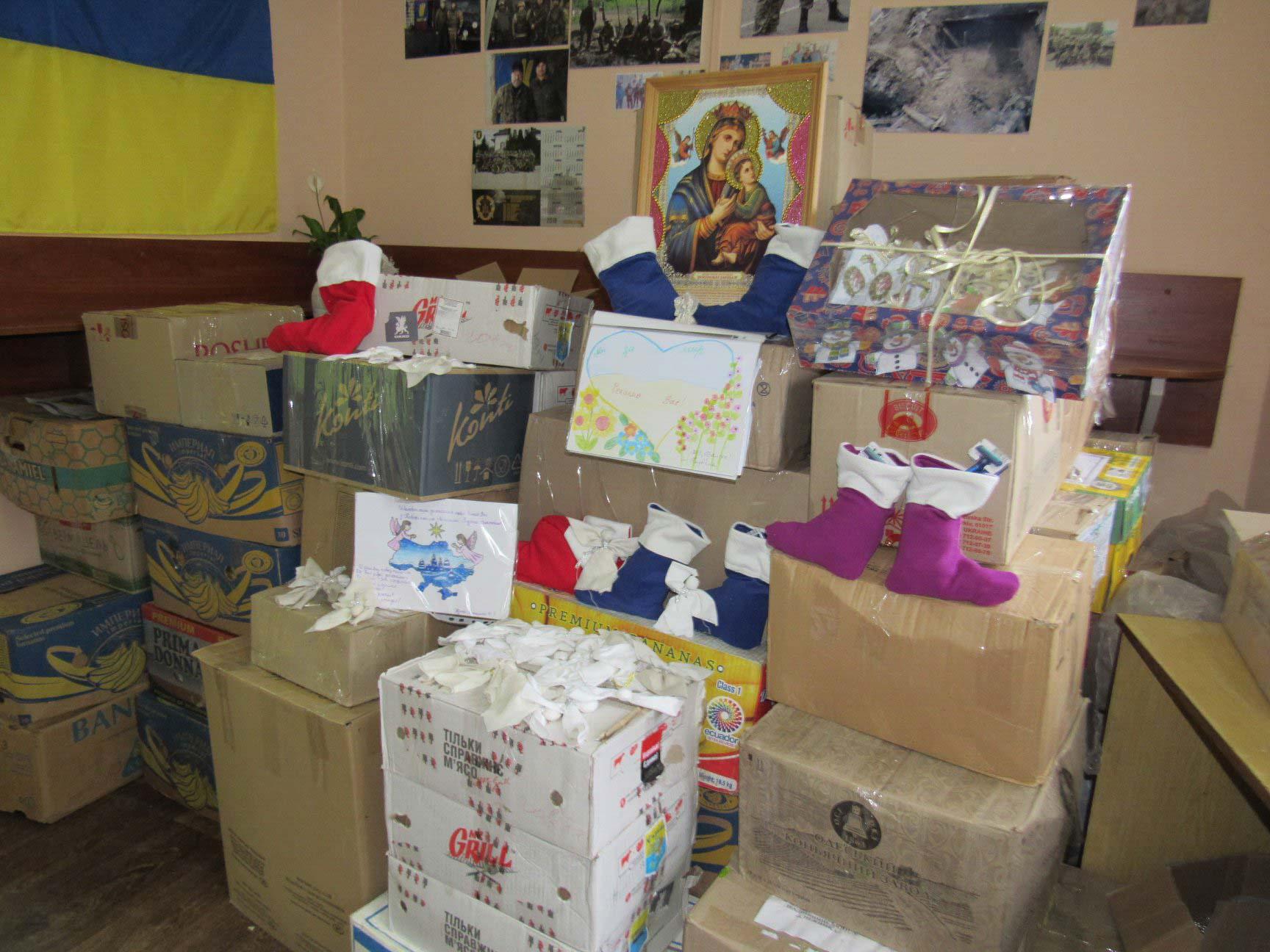 Їжа, одяг, будматеріали: 6 тонн допомоги зібрали прикарпатці для захисників на Сході (ФОТО)