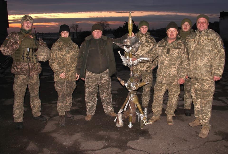 Прикарпатські військові зібрали ялинку з розірваних снарядів від окупантів (ФОТО)