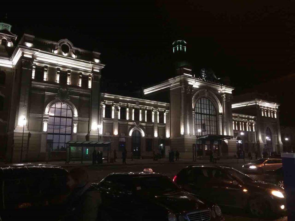 Франківський вокзал отримав вечірню підсвітку (ФОТОФАКТ)
