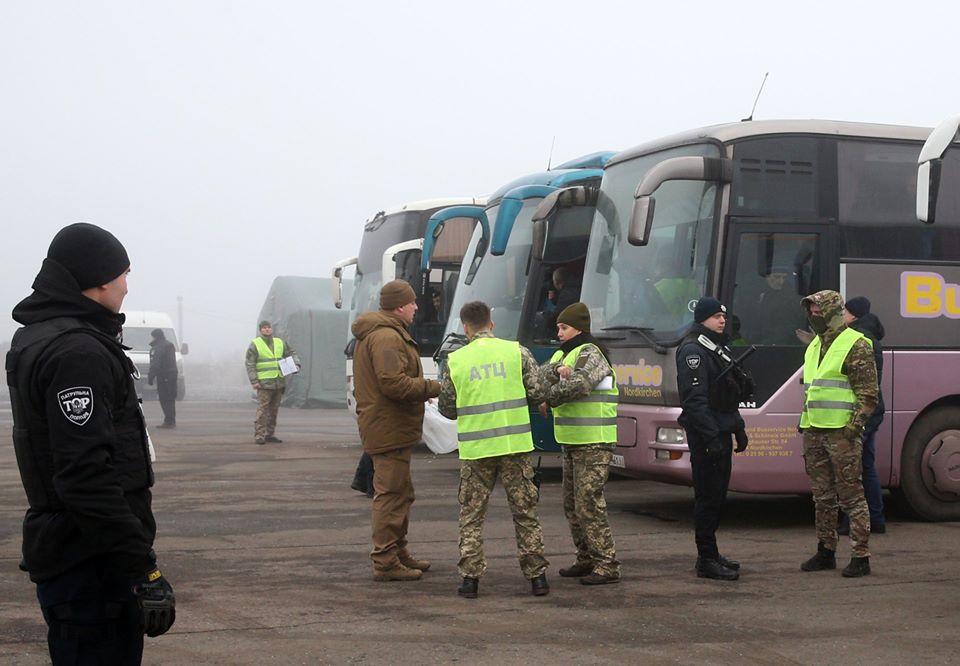 На Донбасі триває обмін полоненими: що відомо (ВІДЕО НАЖИВО)