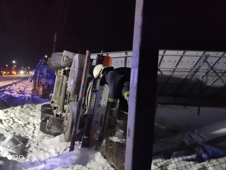 На Надвірнянщині перекинулася цистерна для перевезення газу (ФОТО)