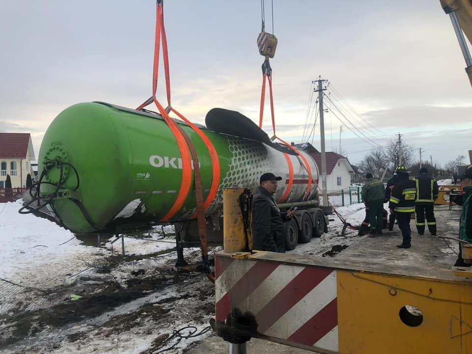 Інженерам вдалося підняти багатотонну цистерну з газом, що три дні тому перевернулася у селі на Прикарпатті (ФОТО)