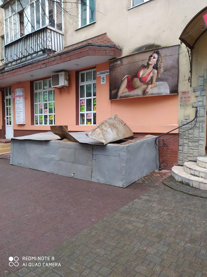 У Франківську розгнівані сусіди залили бетоном розкопку під будинком (ФОТО, ВІДЕО)