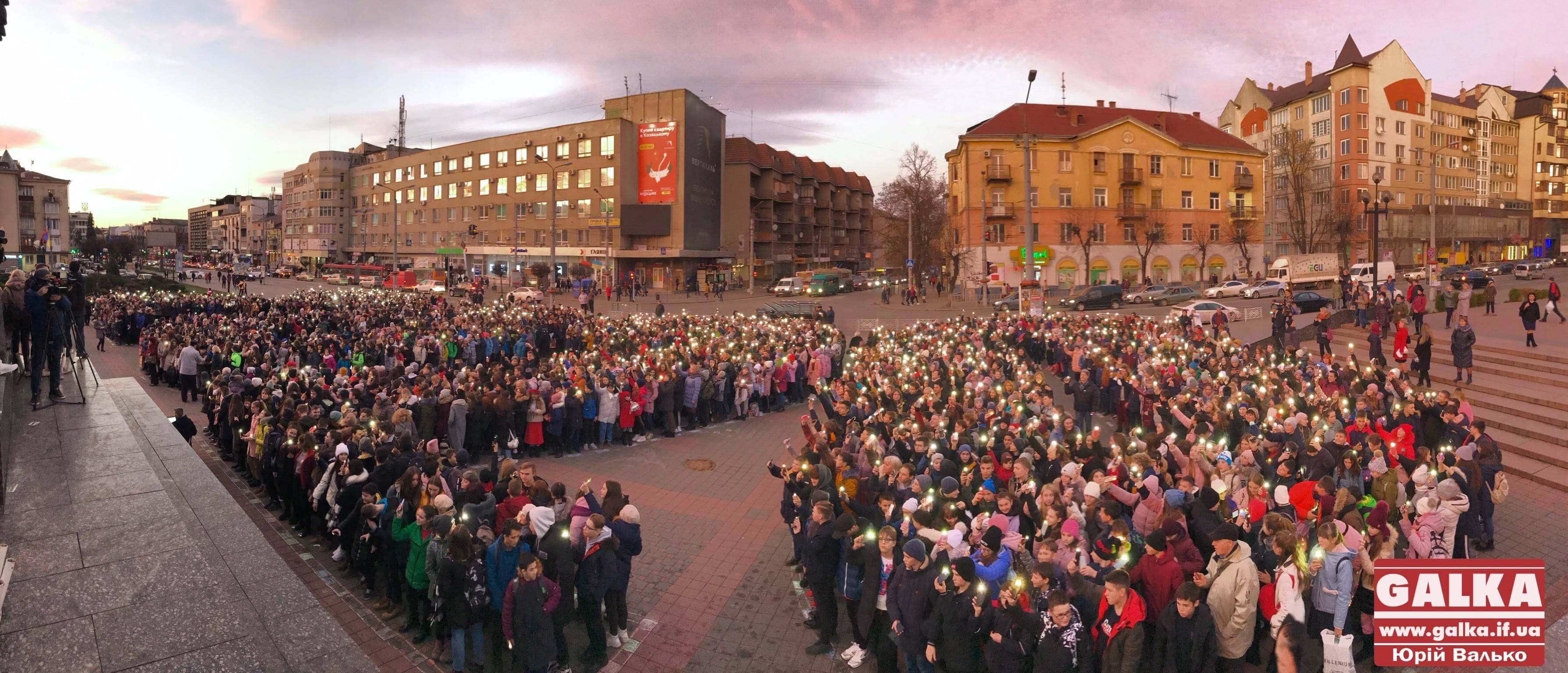 Рекорд України: понад 2000 франківських школярів разом засвітили ліхтарики й заспівали (ФОТО, ВІДЕО)