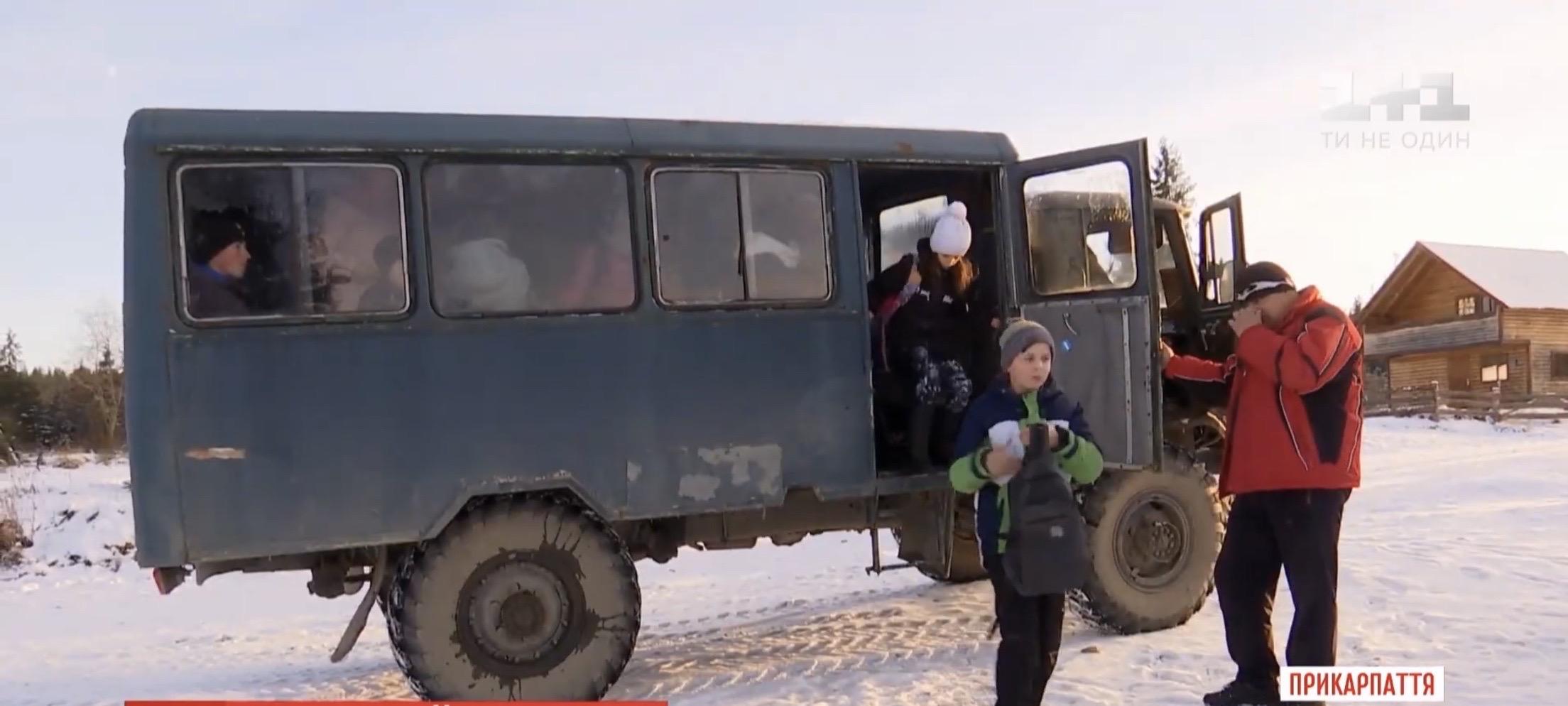 У горах на Прикарпатті дітей до школи возять старою іржавою вантажівкою (ВІДЕО)