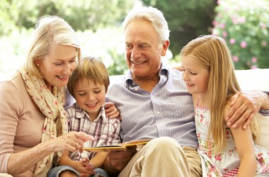 Віддавайте дітей бабусям й дідусям! Це подовжує їхнє життя – дослідження