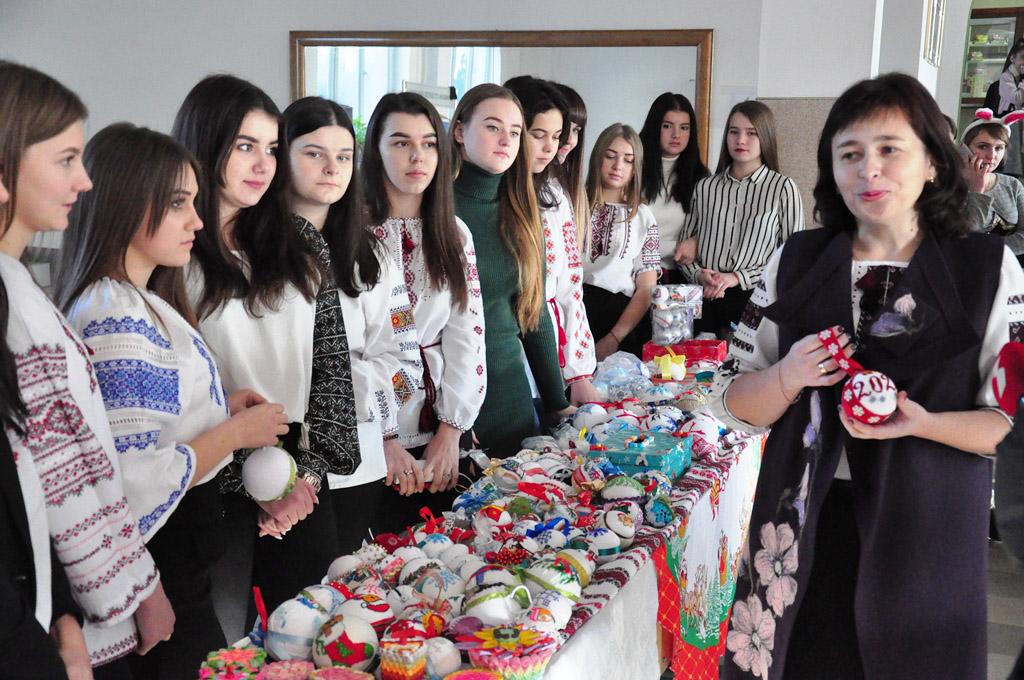 Понад 11 тисяч гривень зібрали франківські студенти на ярмарку для важкохворої дівчини (ФОТО)