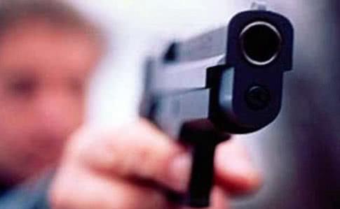 Нічний розбій у Франківську: невідомий погрожував продавчині пістолетом і забрав 4000 гривень