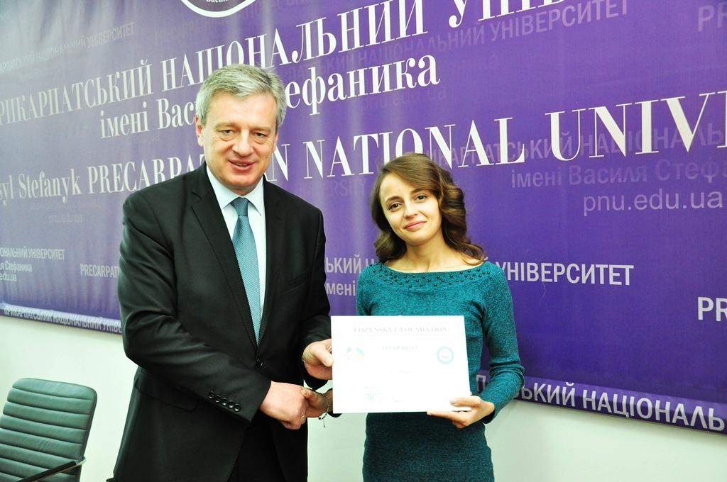 За успіхи в навчанні франківська студентка отримала тисячу доларів. Ще дві – семестр в європейській академії (ФОТО)