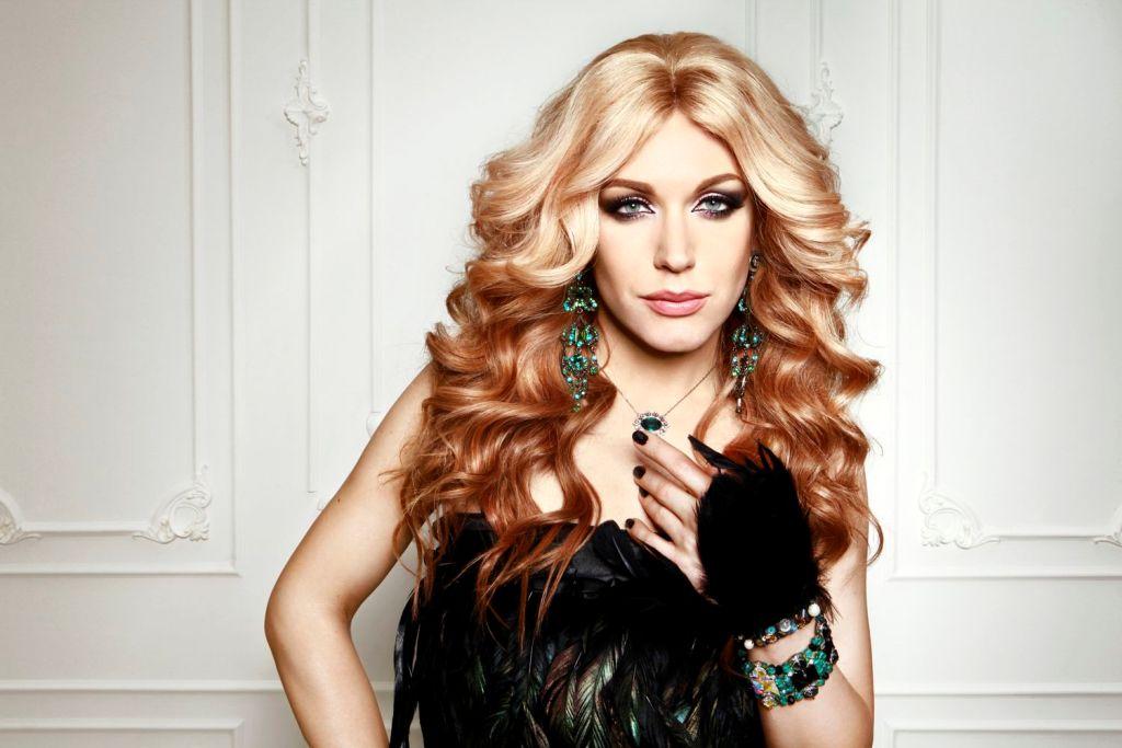 Франківськ відвідала травесті-діва Монро: ласувала салом і втішала учасниць конкурсу краси (ВІДЕО)