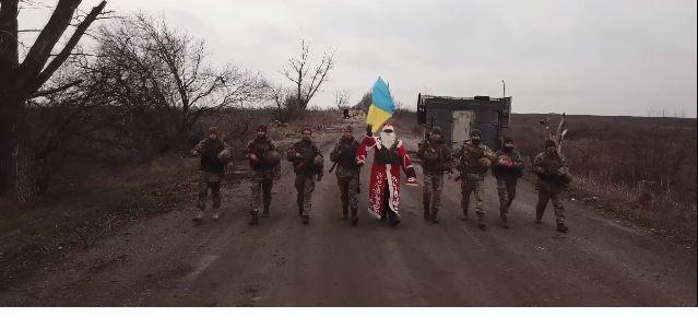 """Санта на передовій і воїни прикарпатської """"десятки"""" тепло привітали з Новим роком та Різдвом (ВІДЕО)"""