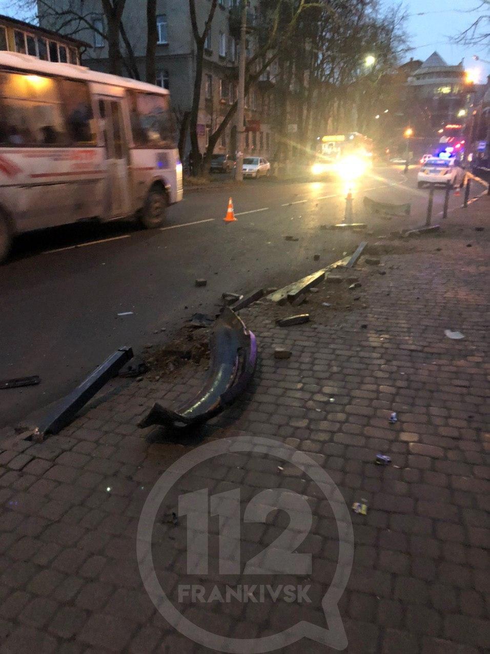 На Вовчинецькій п'яний водій на BMW збив пішохода та 18 стовпців і втік з місця ДТП (ФОТО, ВІДЕО, ОНОВЛЕНО)