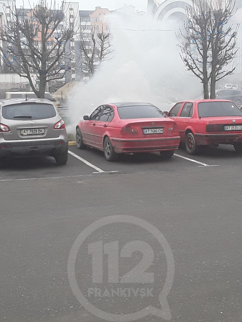 """На парковці """"Велесу"""" загорівся BMW (ФОТО)"""