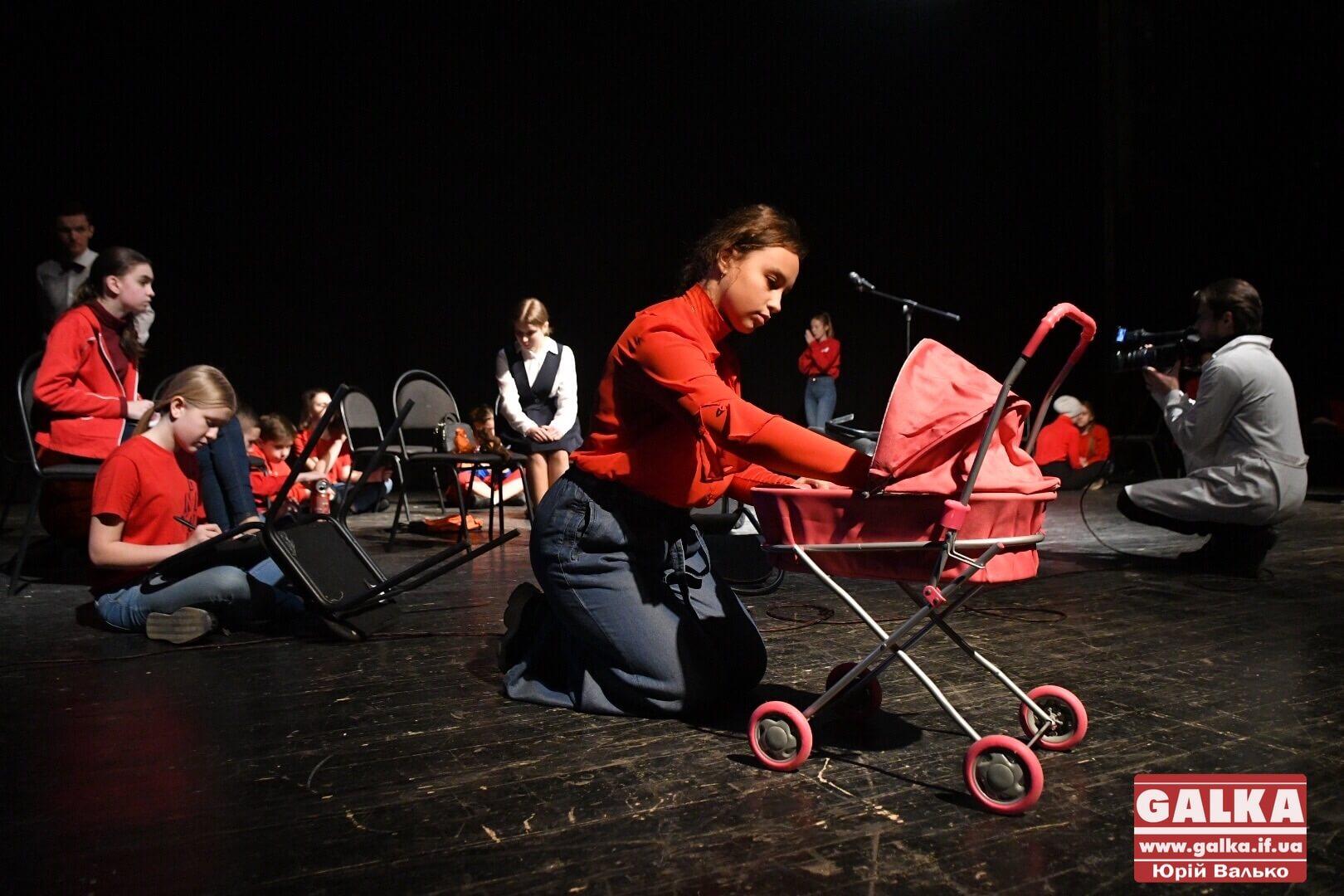 Юні франківські актори показали зворушливу виставу про проблеми підлітків (ФОТО)
