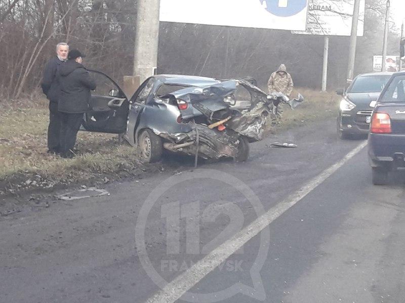 На трасі поблизу Франківська зіткнулися два автомобілі, знесено електроопору (ФОТО, ВІДЕО)
