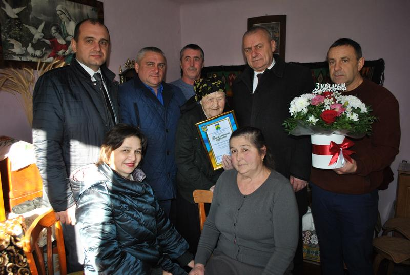 П'ять праправнуків та 11 правнуків - прикарпатка відсвяткувала столітній ювілей (ФОТОФАКТ)