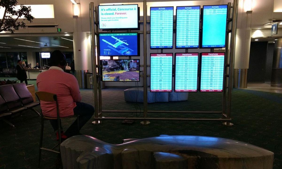 У США хлопець використав монітор в аеропорту для гри на приставці